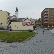 Trávník místo kostela, sokolovny i kina. Nikomu nic nedává. Foto: autor