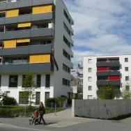 Bytový dům ve švýcarském Lausanne. Švýcarská čistota, střídmá barevnost, stínění žaluziemi a markýzami. Foto: autor.