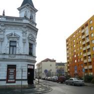 Je opravdu 800 m2 oranžové barvy tím pravým sousedstvím s historickým domem? Přerov, Dr. Skaláka. Foto: autor.