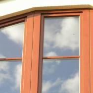 Profily eurooken mají daleko k historickým proporcím dřevěných prvků. Ty jsou někdy i násobně širší než u oken původních. Zdroj: archiv autora